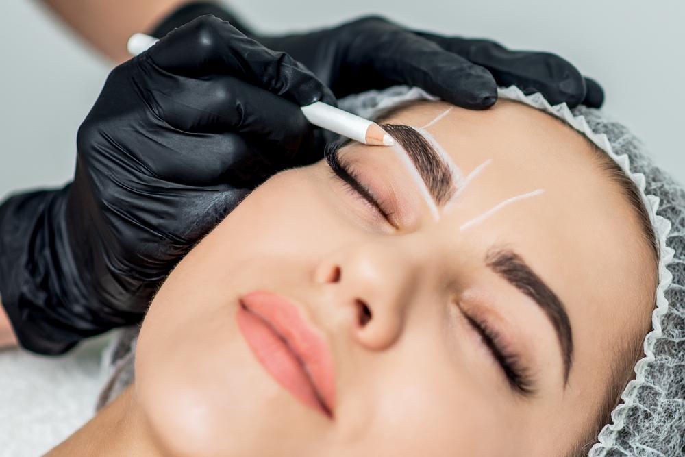 Structurer le visage avec un maquillage permanent
